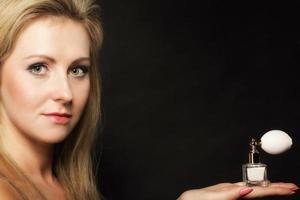 Porträt schöne Frau mit Parfümflasche
