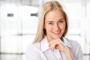 Porträt der niedlichen jungen Geschäftsfrau lächelnd
