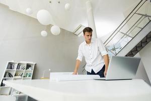 junger Mann im Büro foto