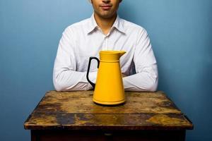 Mann mit gelber Thermoskanne foto
