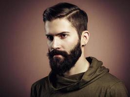 Porträt des gutaussehenden Mannes mit Bart foto
