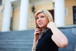 junge Frau am Telefon foto