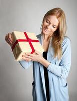 glückliche Frau, die Geschenkbox hält