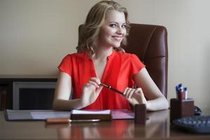junge Geschäftsfrau im Stuhl foto