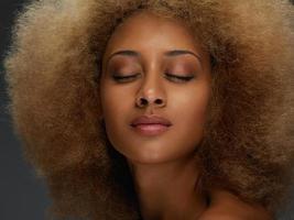 attraktive junge afrikanische Frau mit lockigem Haar foto