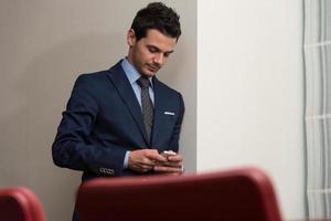 Geschäftsmann, der im Büro am Telefon spricht foto