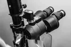 Medizinische Optikerausrüstung für Augenuntersuchungen foto