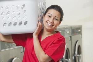 glücklicher Waschsalonarbeiter foto