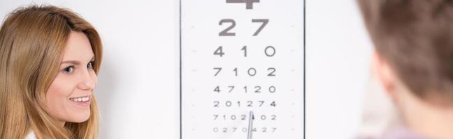 Optiker mit Snellen-Test foto
