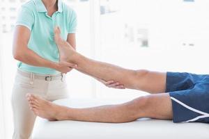 Arzt untersucht Mann Bein