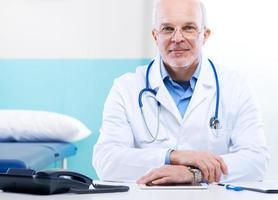 Arzt bei der Arbeit foto