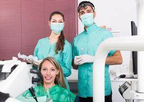 glücklicher Patient und Zahnklinik Crew foto