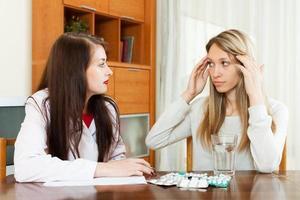 Arzt verschreibt der erwachsenen Frau Medikamente