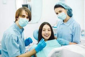 das Mädchen an der Rezeption beim Zahnarzt foto
