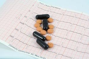 Pillen auf EKG foto