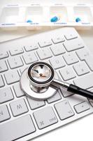 Stethoskop, Pillendose und Tastatur foto