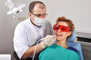 reinigt die Zähne foto