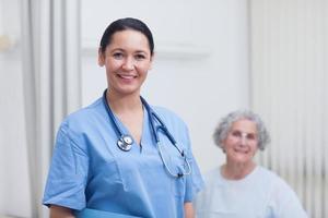 Krankenschwester und ein Patient, der in die Kamera schaut foto