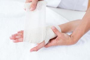 Arzt verbindet ihr geduldiges Handgelenk foto