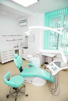 Innenarchitektur der Zahnklinik mit Stuhl und Werkzeug foto