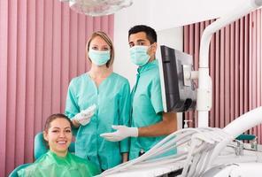 Porträt des Zahnarztes und des Patienten in der Zahnklinik foto