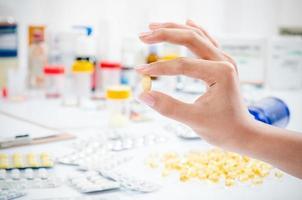 Hand hält eine Pille foto