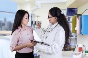 Arzt, der dem Patienten Medikamente gibt foto