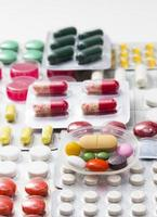 Farbtabletten, Kapseln und Vitamine in Blasen