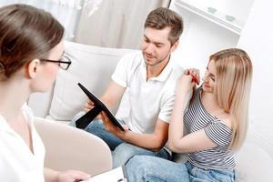 junges Paar beim Psychologen foto