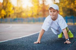 Junge Teen macht Sportübungen auf einem Stadion foto