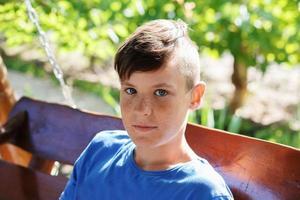 Nahaufnahmeporträt eines hübschen jugendlich Jungen foto
