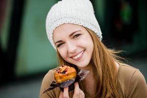 Teenager, der Muffin isst foto