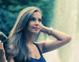 schöne brünette Teenager-Mädchen foto