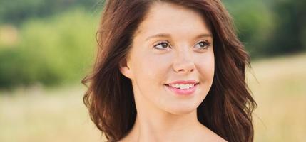 sorgloses schönes lächelndes junges Mädchen foto