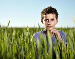 Teenager in einem Weizenfeld foto