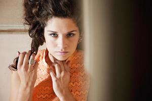 Porträt des Mädchens im orangefarbenen Kleid foto