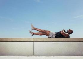 männlicher Athlet, der Bauchmuskeln macht