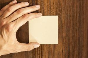 männliche Hand mit einem Aufkleber foto