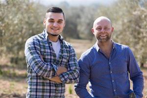 zwei männliche Bauern auf der Plantage foto