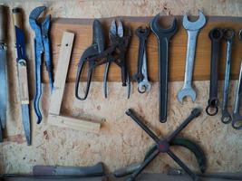 mehrere Werkzeuge an der Wand foto
