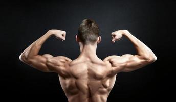muskulöser männlicher Rücken auf schwarzem Hintergrund