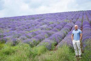 männliche Person im Lavendelfeld foto