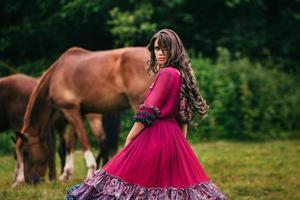 schöne Zigeunerin in violettem Kleid foto