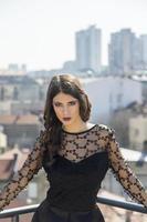 hübsche junge Frau auf dem Dach foto
