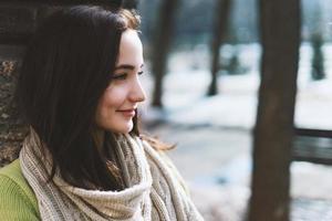 schöne moderne Frau mit langen braunen Haaren foto