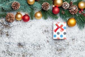 Geschenkbox und Zweig mit Spielzeug.