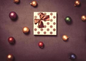 Weihnachtsgeschenkbox und Kugeln foto