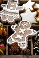 Weihnachtssymbole und Kekse in einer Holzkiste, vertikal, Nahaufnahme