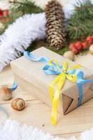 Weihnachtsgeschenk mit Dekoration der ukrainischen Nationalfarben