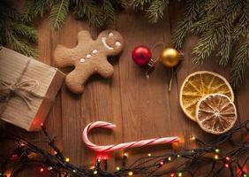 Lebkuchen Weihnachtsbaum und Geschenke auf dem Tisch